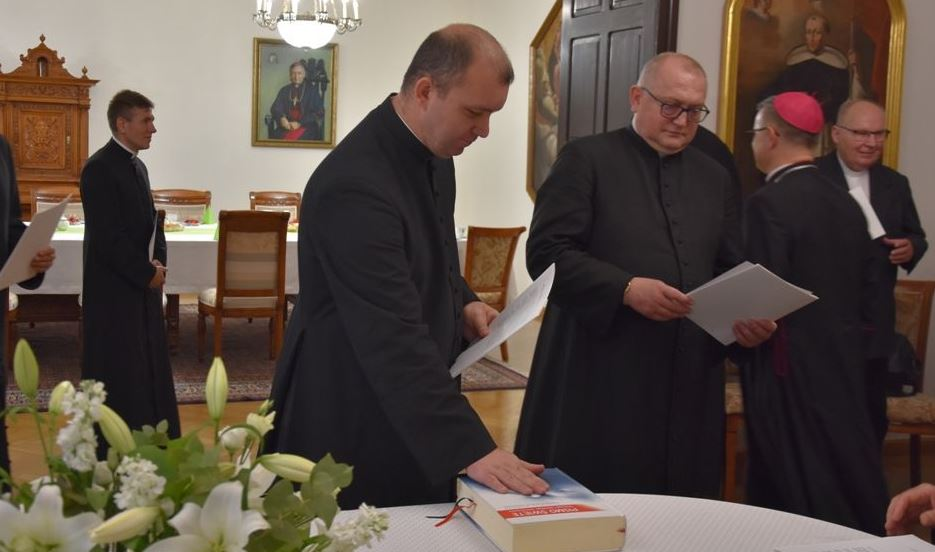 Diecezjalny moderator Ruchu Światło-Życie ks. Waldemar Konczalski z wikariusza proboszczem